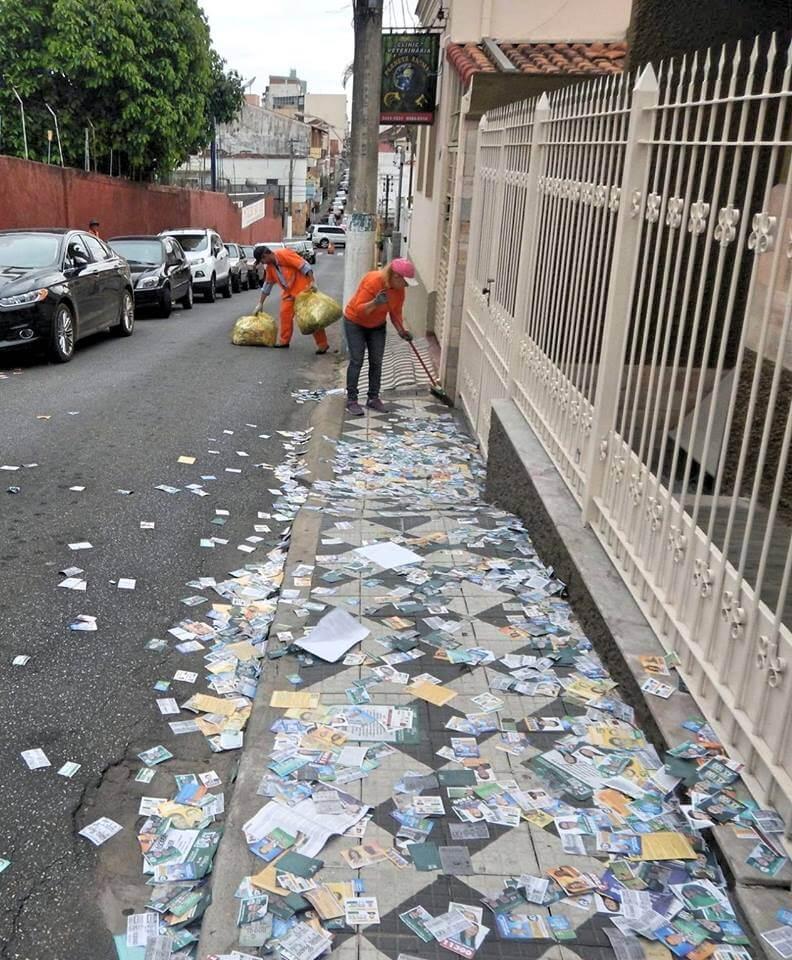 Nesta segunda ruas ainda estavam cheias de santinhos (Foto: Reprodução PousoAlegreNews)