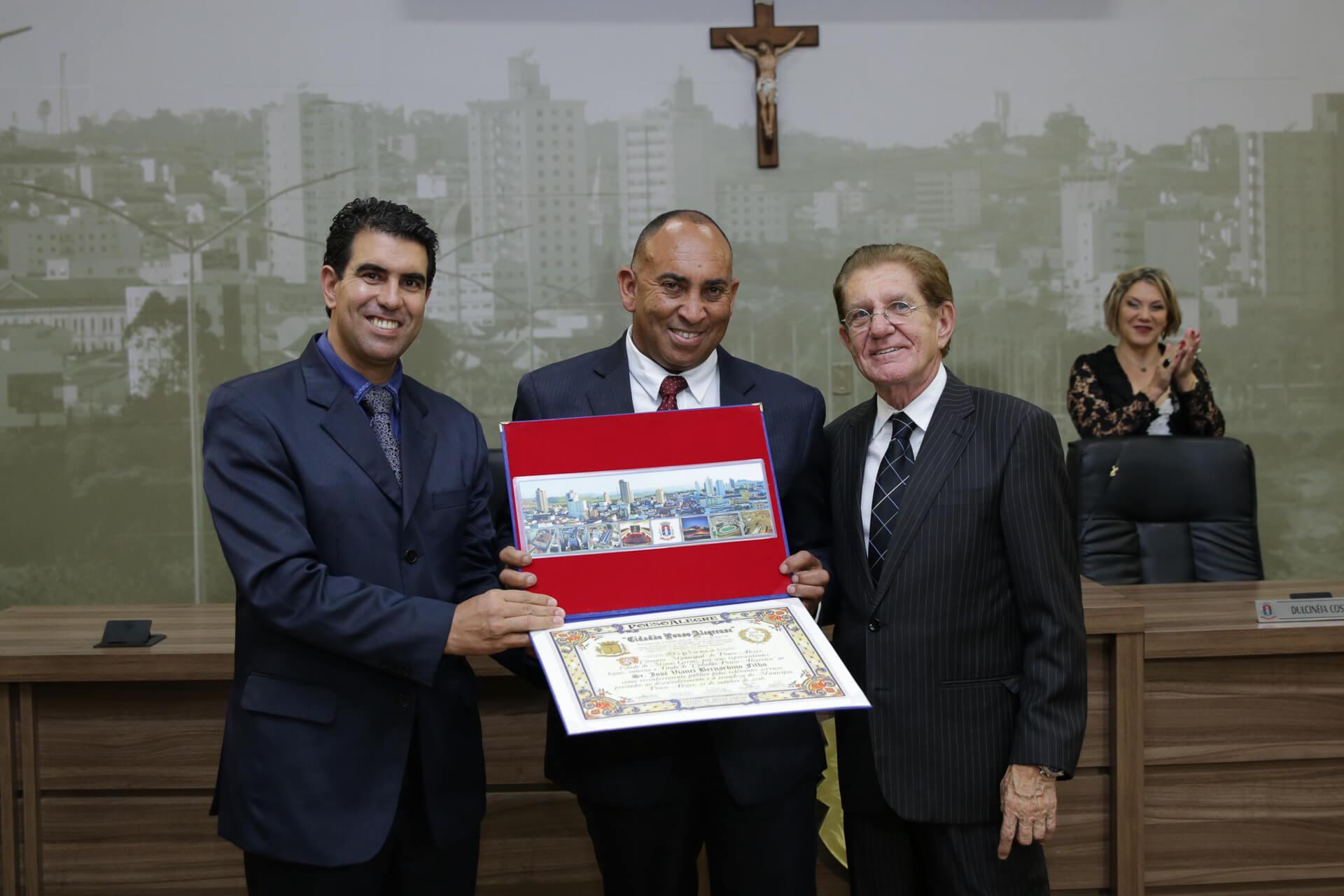 O vereador José Vianei Bernardino Filho foi homenageado pela Mesa Diretora
