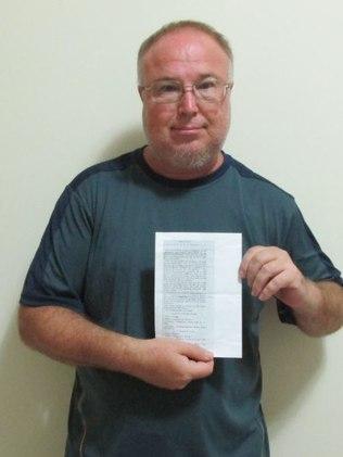 Moises posa com um dos documentos inédito encontrado por ele (foto: divulgação)