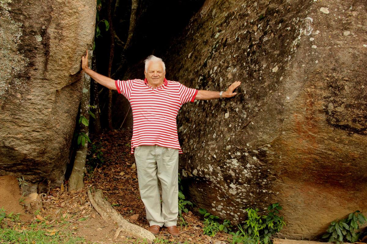 Com bom humor, o autor posou para fotos na Pedra do Navio, em São João da Mata (Foto: Ana Beraldo)