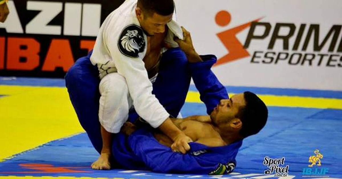 Ismael (kimono branco) em luta pelo titulo (Foto: CBJJ)