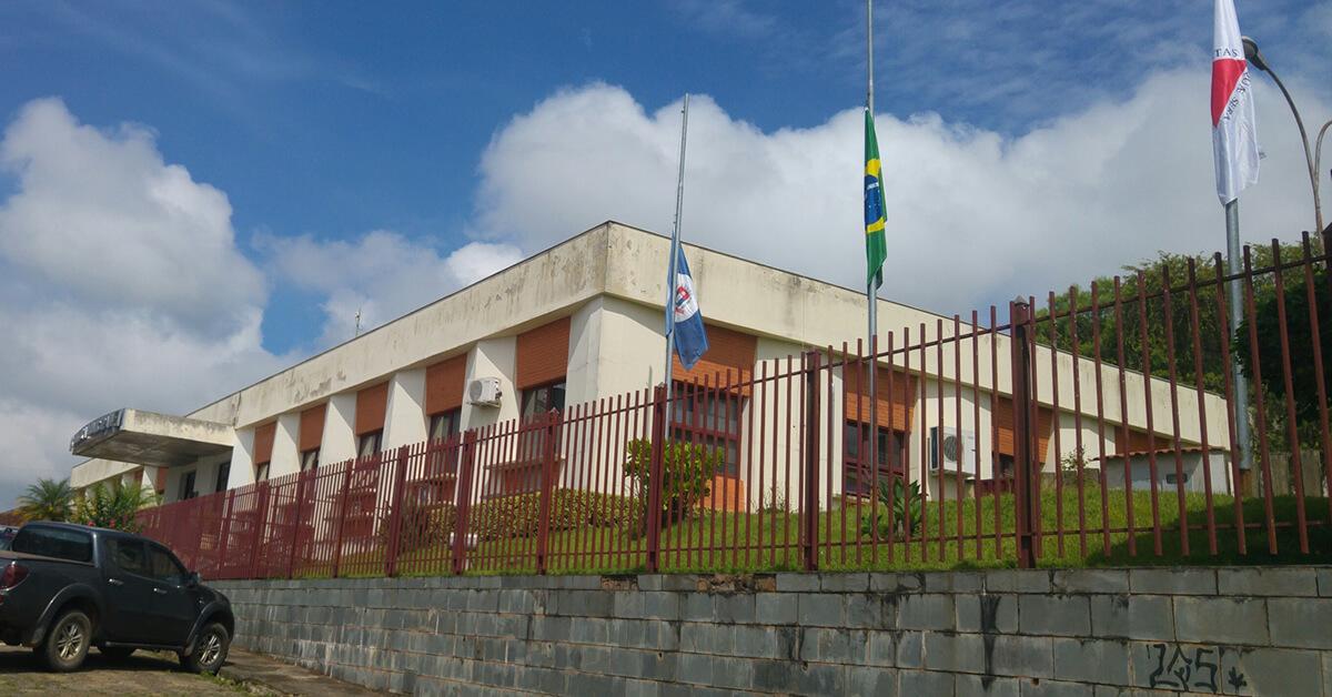 As bandeiras do Brasil, de Minas Gerais e de Pouso Alegre estão colocadas a meio mastro em sinal de respeito e solidariedade