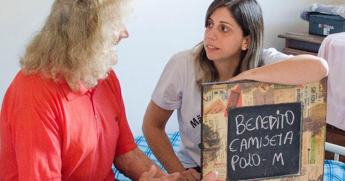 Na foto: Um dos idosos que moram no Asilo e a cabeleireira Reila Inácio
